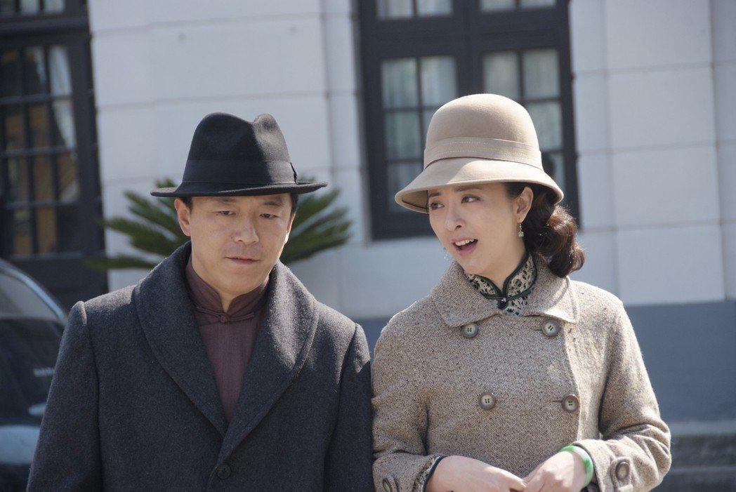 黃渤(左)主演的「青島往事 笨小子成功記」開出紅盤。圖/年代MUCH台提供