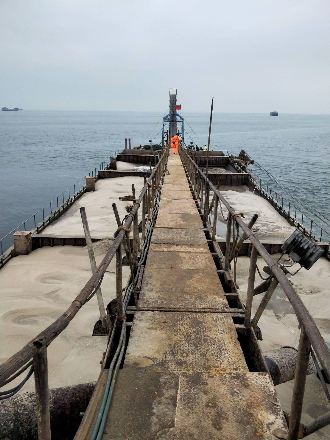 馬祖海巡隊今海上巡邏勤務時,在莒光海域查獲一艘陸籍抽砂船正在盜採砂石。圖/馬祖海...