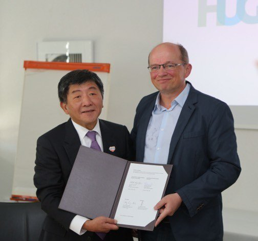 衛福部長陳時中與日內瓦大學醫院簽署合作備忘錄。圖/衛福部提供