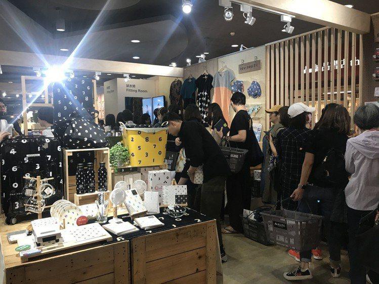 「SOU‧SOU in Taiwan」首日,誠品R79排隊結帳人潮不間斷。記者江...