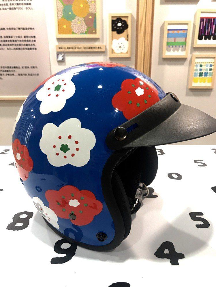 人氣商品,SOU‧SOU與誠品獨家聯名安全帽「微笑」紋樣,共3款式,各990元。...