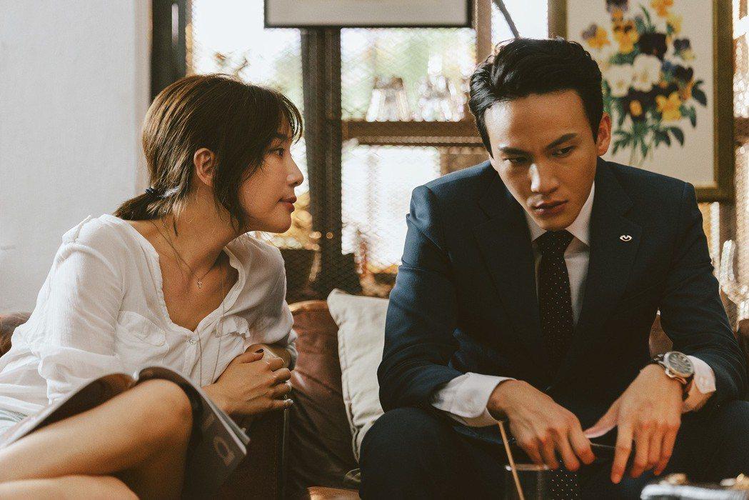 曹晏豪(右)與蔡淑臻在「噬罪者」中大談婚外情。圖/公視提供
