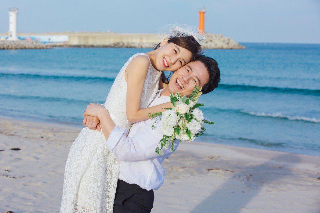 甘宇成(右)45度折腰甜抱金荷娜。圖/friDay影音提供