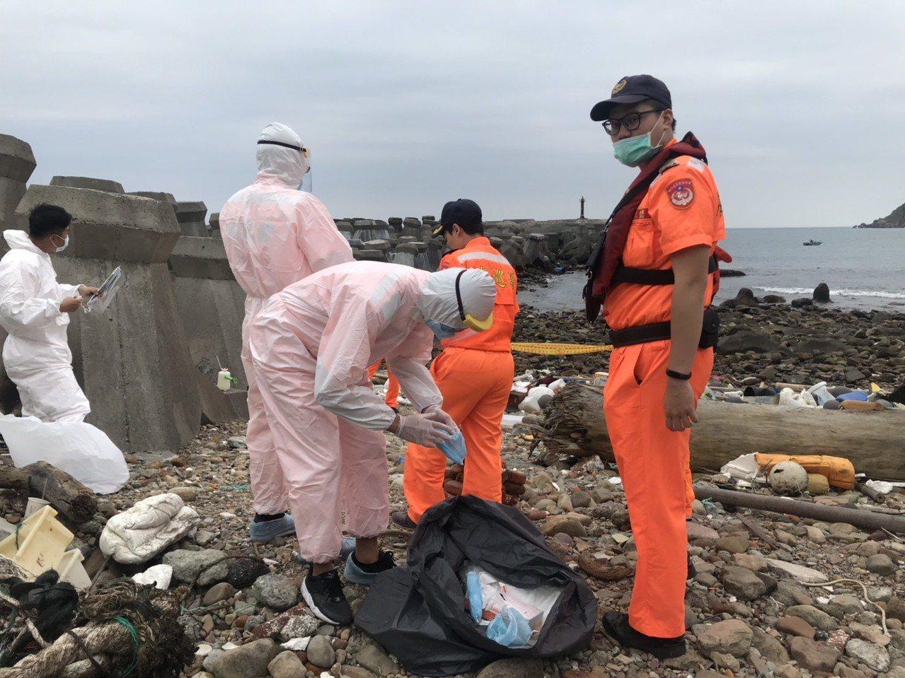 新北市萬里區野柳漁港防波堤外今天4點多,有釣客發現有動物漂進港區內,確認是一頭斃...