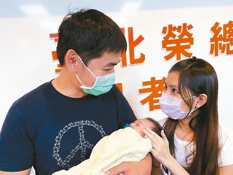 張小弟於北榮完成全台年紀最小的肝臟移植手術,其父母昨帶著張小弟出院。 記者陳雨鑫...