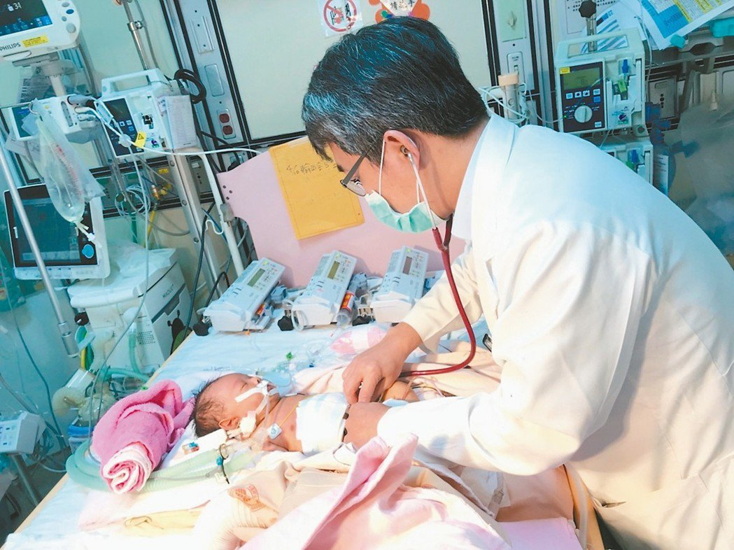 台北榮總肝臟移植團隊、兒童外科主任劉君恕一路照料張小弟。 圖/北榮提供
