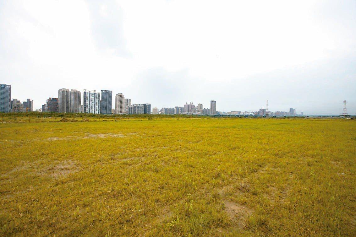 新竹市府打造水岸秘境「水源草原」,面積相當於428個標準籃球場,未來民眾野餐不愁...