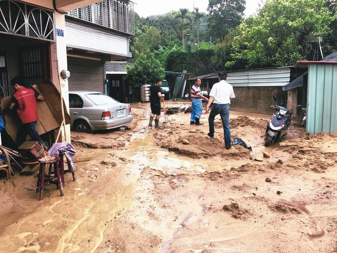 新竹縣17、20日因下大雨,竹北市尚義街多戶民宅被土石流入侵。 圖/竹北公所提供