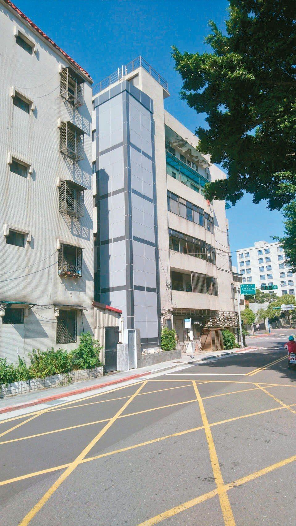 台北市老舊公寓增設電梯大不易,位於士林區的士東公寓大廈,屬於近年少數增設成功的案...