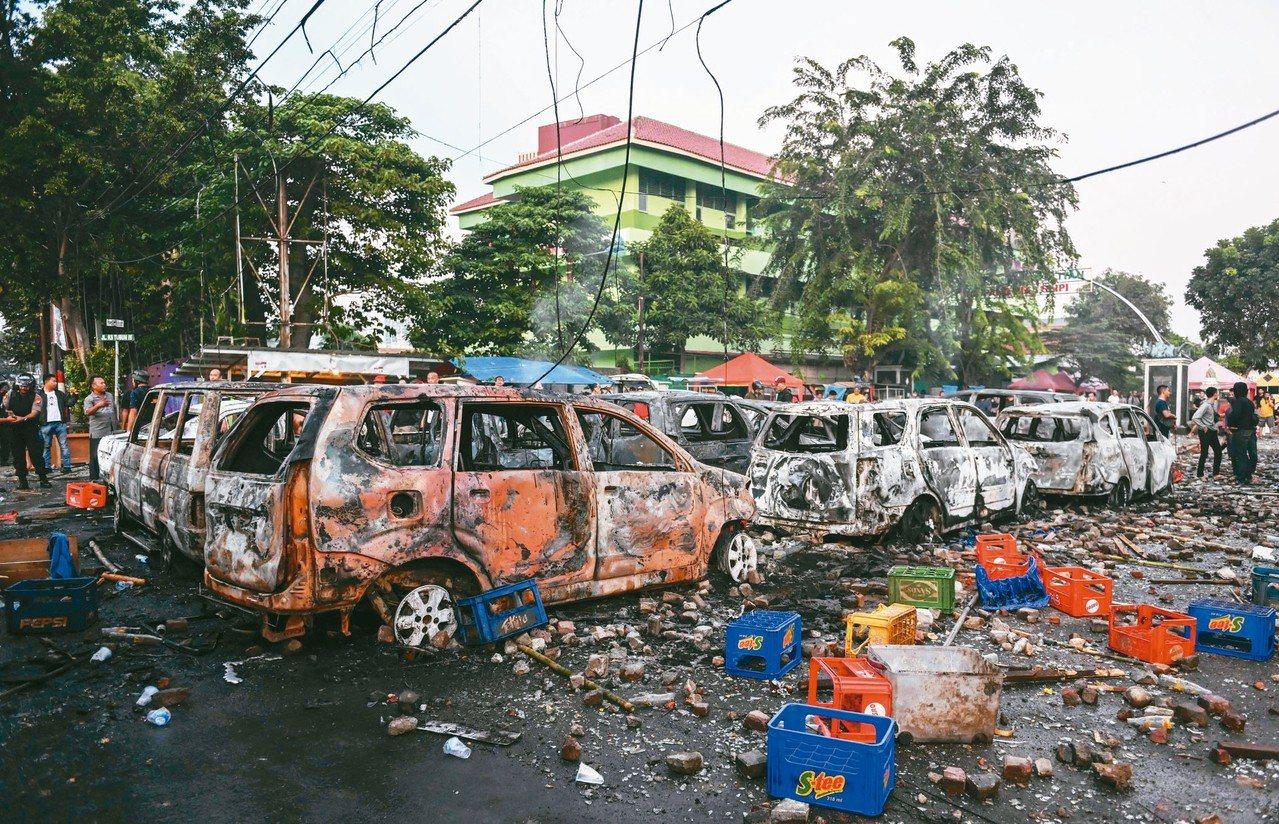 印尼總統大選結果公布後,落敗者普拉伯沃的支持者在選舉監督委員會前發起大規模抗議。...