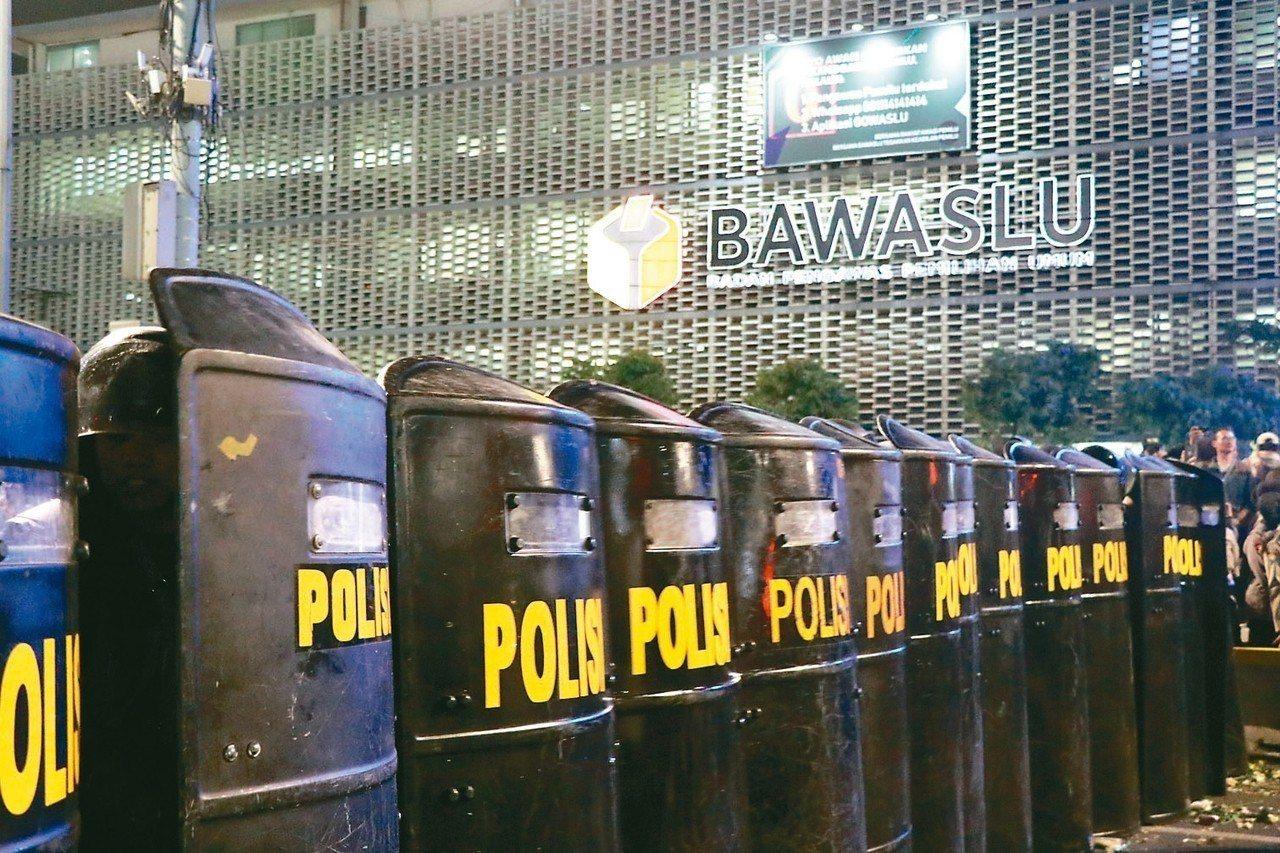 為防止群眾抗議意外,印尼軍警全副武裝,戒備森嚴。 (中央社)