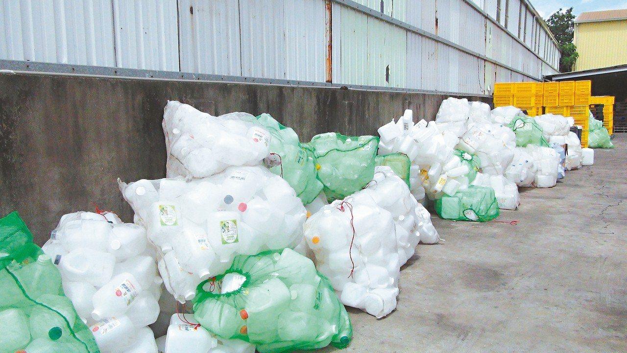張男的工廠內堆放許多洗腎藥水回收桶。 圖/嘉義縣調站提供