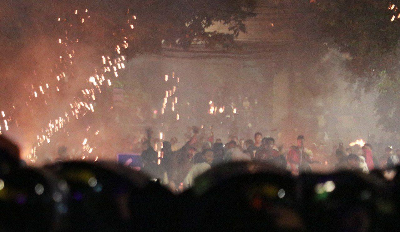 印尼軍警廿二日凌晨因群眾在街頭挑釁,以催淚瓦斯驅離,雙方對峙將近五個多小時後,警...