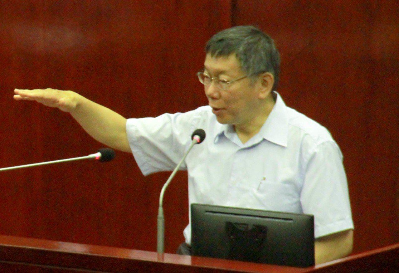 台北市長柯文哲駡議員王世堅「垃圾」,藍綠議員昨齊轟柯文哲並要求道歉,否則下周一拒...