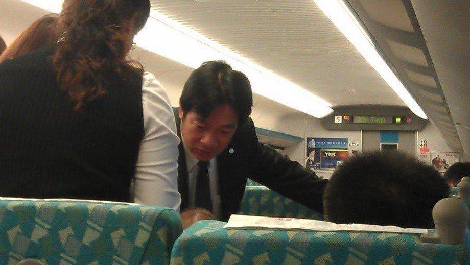 2013年賴清德搭高鐵北上開會,得知車上乘客身體不舒服,見義勇為為乘客急救。 圖...