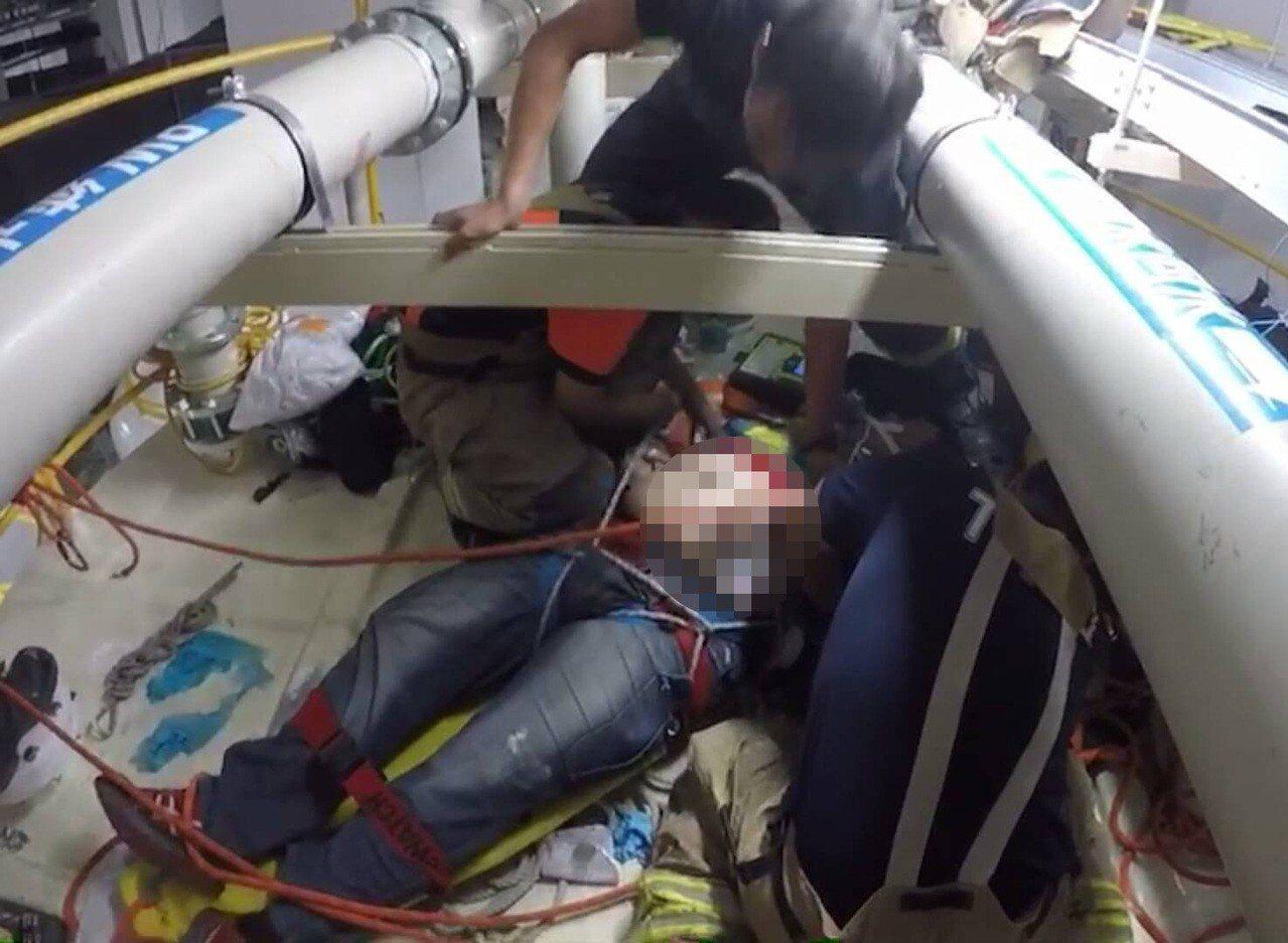 台南科學園區台積電5奈米18廠再傳工安意外,消防人員爬上儲存槽頂端在管線間設法急...