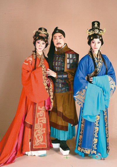 《項羽和兩個女人》劇照:孔玥慈飾虞姬(左)、李寶春飾項羽(中),陳雨萱飾呂雉。