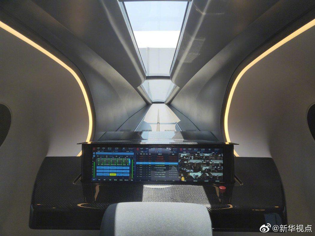 大陸高速磁浮列車的駕駛座。(新華視點)