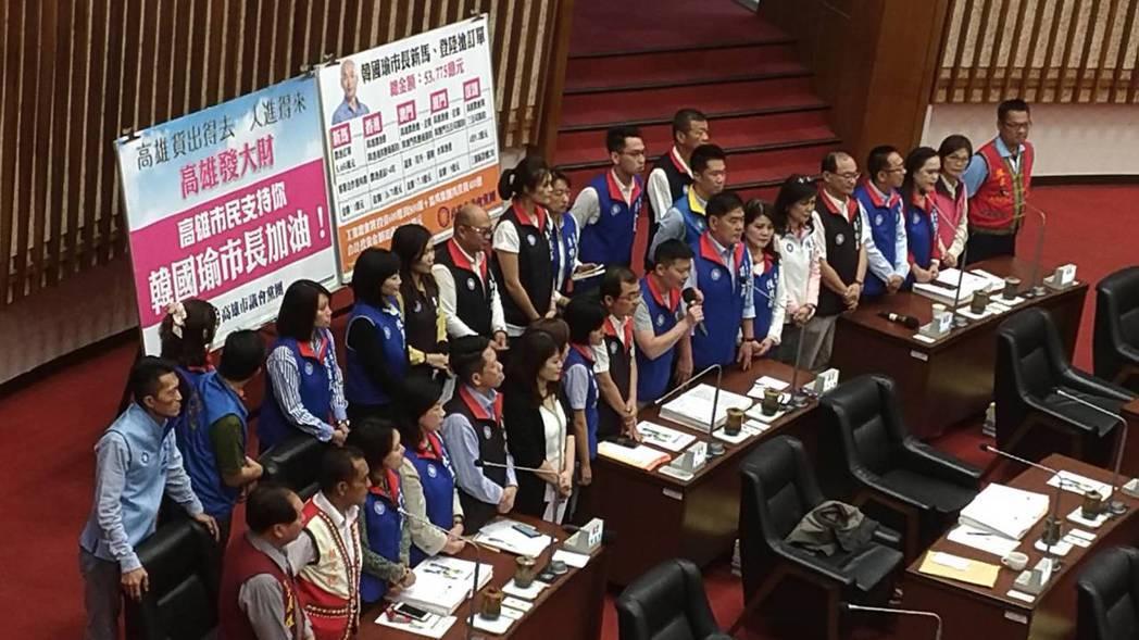 國民黨議員為韓國瑜加油打氣,在議場上送的「禮物」也不少,鍾易仲送上「獨孤九劍」,...
