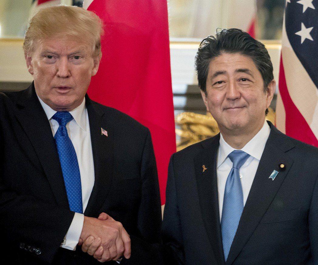 日本首相安倍晉三(右)2017年在東京和美國總統川普(左)會面。 (美聯社)
