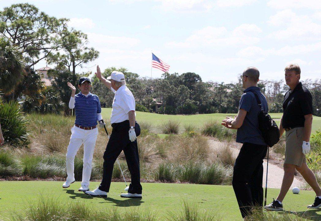 日本首相安倍晉三(左一)2017年訪問美國,和美國總統川普(左二)球敘並擊掌打氣...