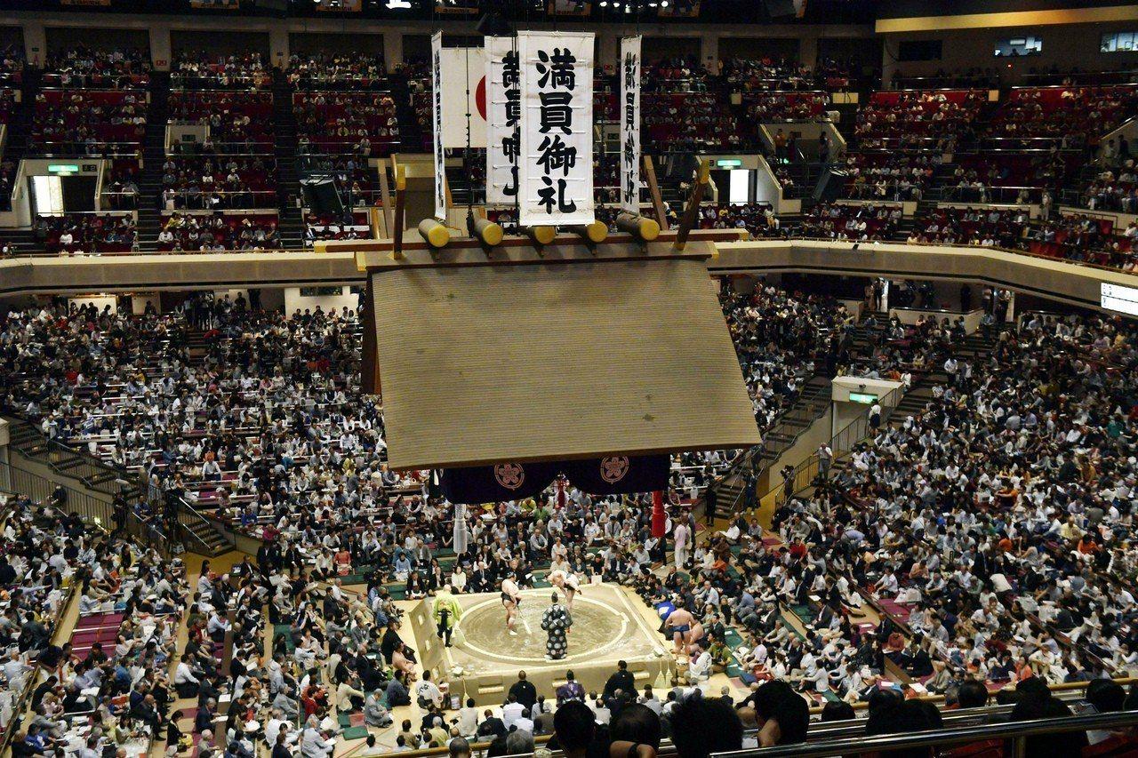 日本大相撲將破例在土俵旁放置椅子讓美國總統川普夫婦就近觀戰,引發物議。 (美聯社...