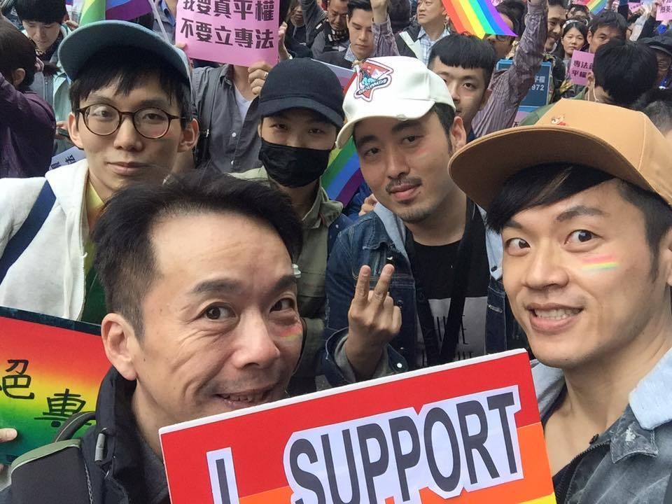 焦糖哥哥(右)曾上街頭力挺婚姻平權。圖/摘自焦糖哥哥臉書