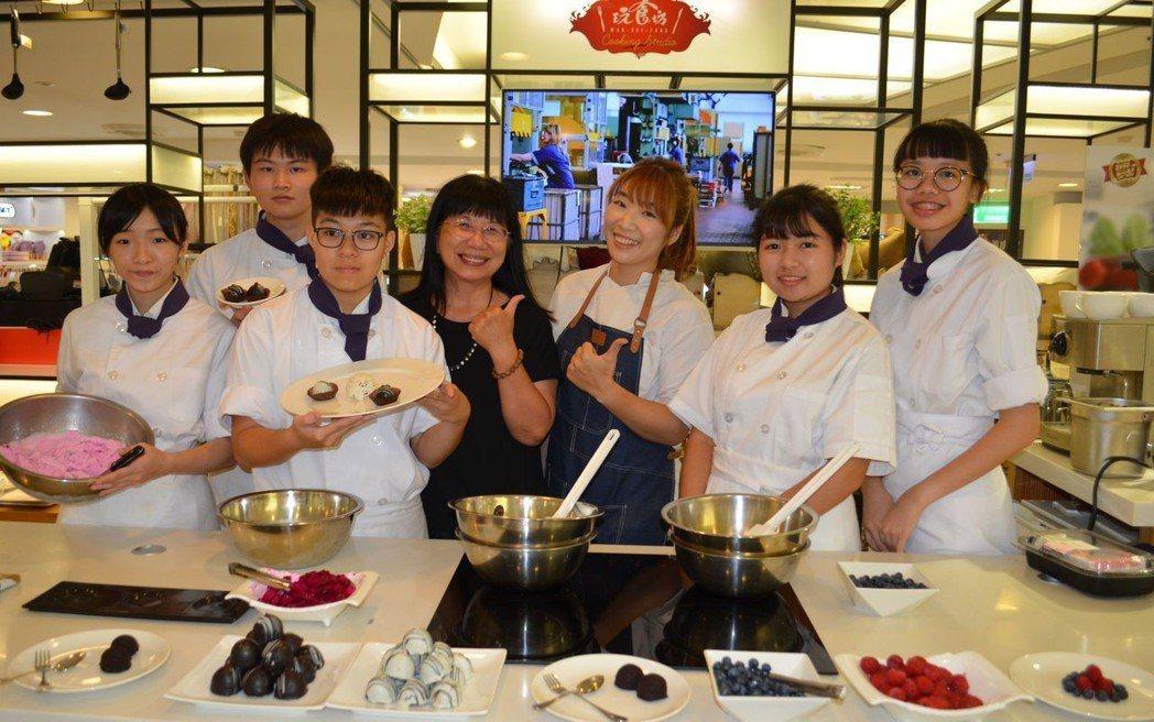 張淑霞校長(右四)與餐旅群美食文化特色班展示拿手技藝。  陳慧明 攝影
