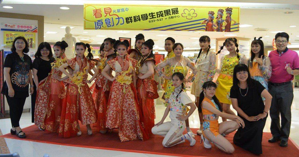 張淑霞校長(前排右一)與參加「童趣」、「龍吟俠行」演出師生合影。  陳慧明 攝影
