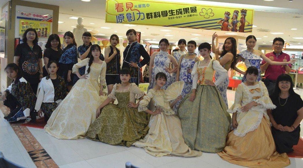 張淑霞校長(前排右一)與參加「皇家舞會」、「劃映」、「青出於藍」演出師生合影。 ...