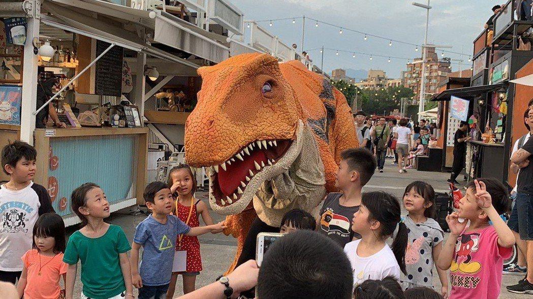 宣傳暑假恐龍故事屋活動,吼吼星球工作室主辦恐龍快閃活動,首度亮相的偶裝小恐龍Ma...