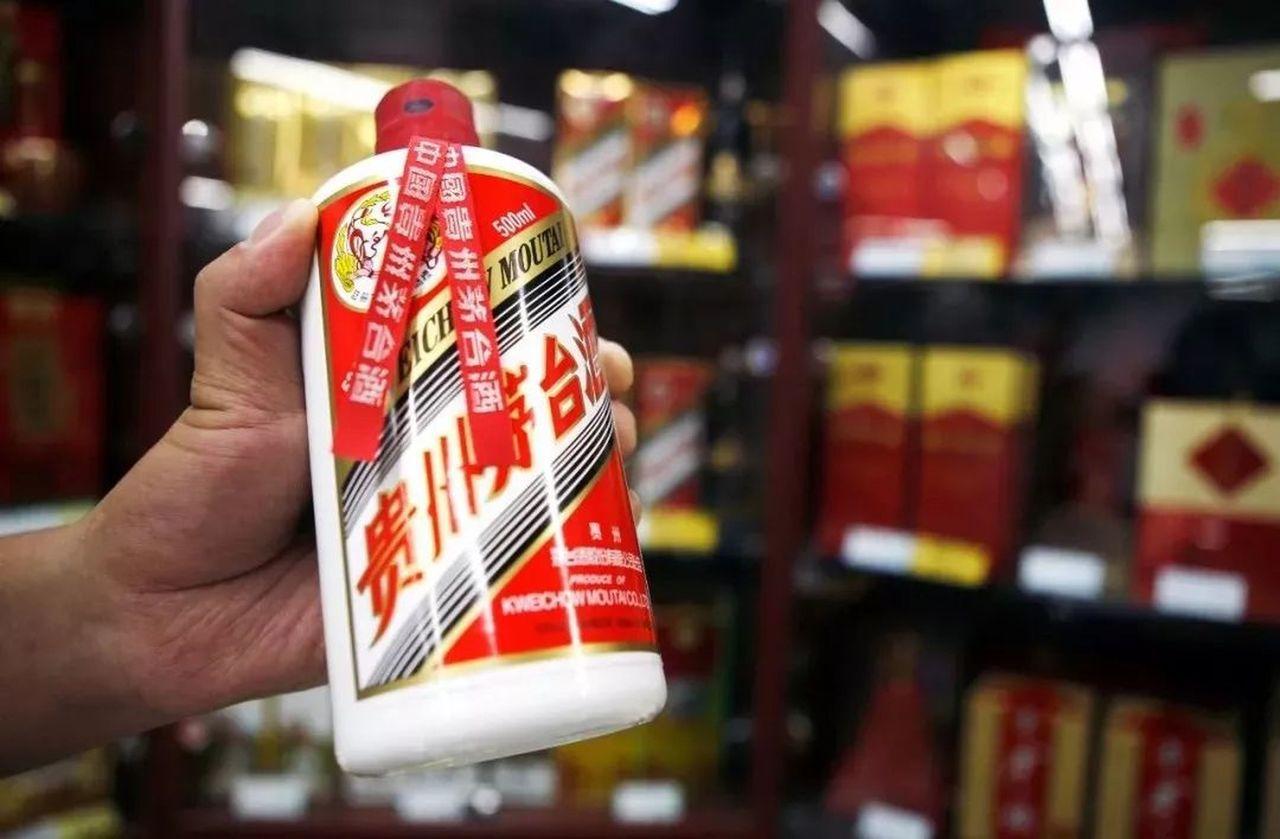 茅台酒價格持續上漲,據報導,市場流通價格從4月份的每瓶人民幣1900元,上漲到超...