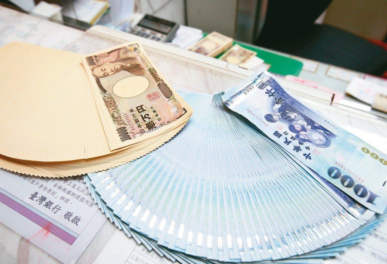 新台幣兌美元匯率貶不停,使得台幣兌日圓換匯價也升破0.29字頭。 記者林澔一/攝...
