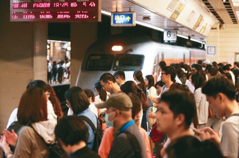 端午連假台鐵車票今天凌晨開賣,第一分鐘就賣出5萬多。 圖/聯合報系資料照片
