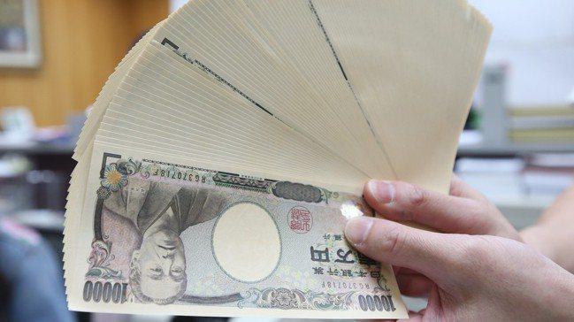 新台幣兌美元匯率貶不停,熱錢流入日圓使得台幣兌日圓換匯價也升破0.29。 記者林...