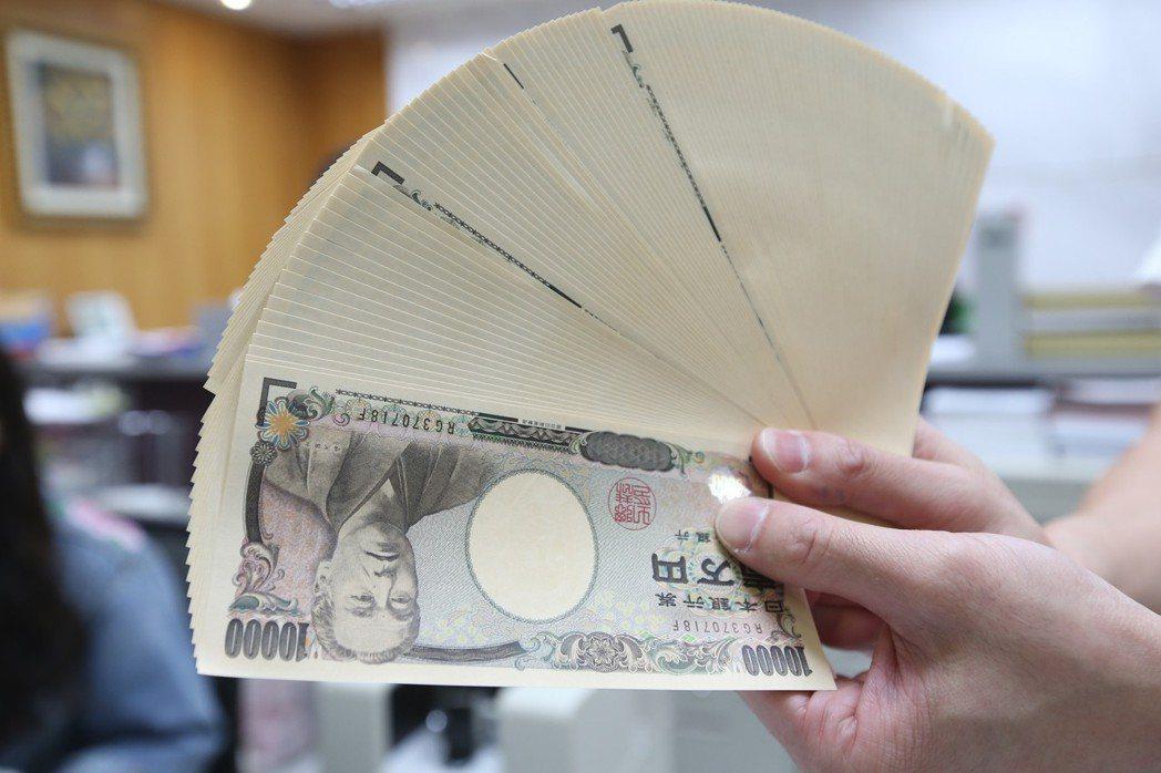 新台幣兌美元匯率貶不停,熱錢流入日幣使得台幣兌日圓換匯價也升破0.29。 記者林...