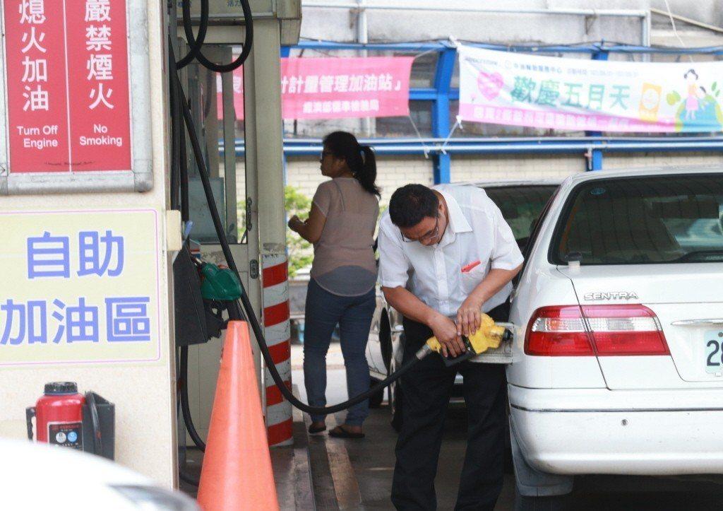 依照油價公式,預估汽油每公升調降0.2元,柴油每公升調漲0.2元,95無鉛汽油每...