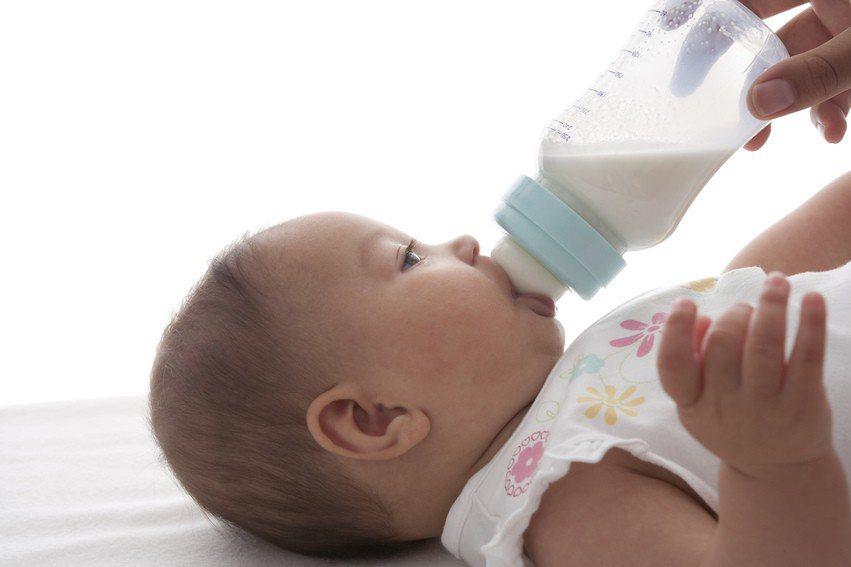 一名媽媽為了讓孩子能躺著喝奶,搭火車時多買一個座位,不料被一個阿伯痛批「你怎麼讓...