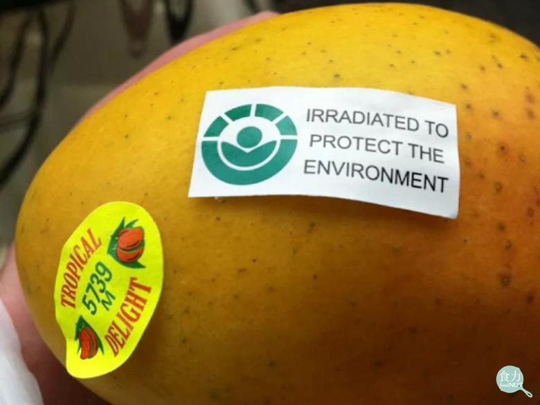 右邊的標籤是「Radura標章」,表示這個芒果接受過輻射照射處理以延長其儲存期限...