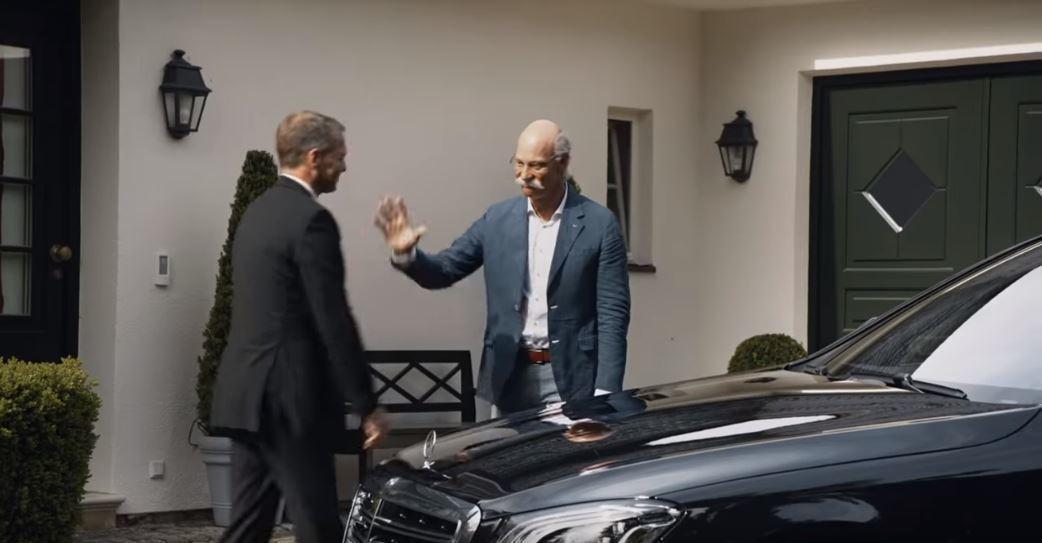 最後一次搭乘Mercedes的總裁御用車,並和司機道別。 摘自BMW