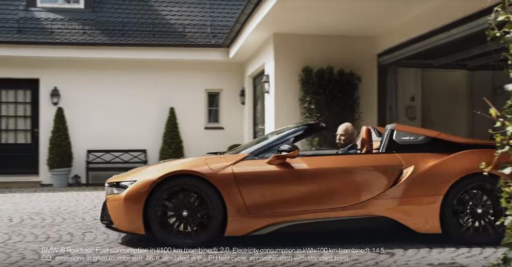 隨後Zetsche(假的)便從車庫裡開出BMW i8 Roadster。 摘自B...