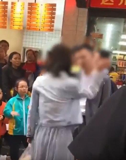 5月20日一名女子在街上當眾連續掌摑男友52下,引發警方關注。圖/翻攝自yout...