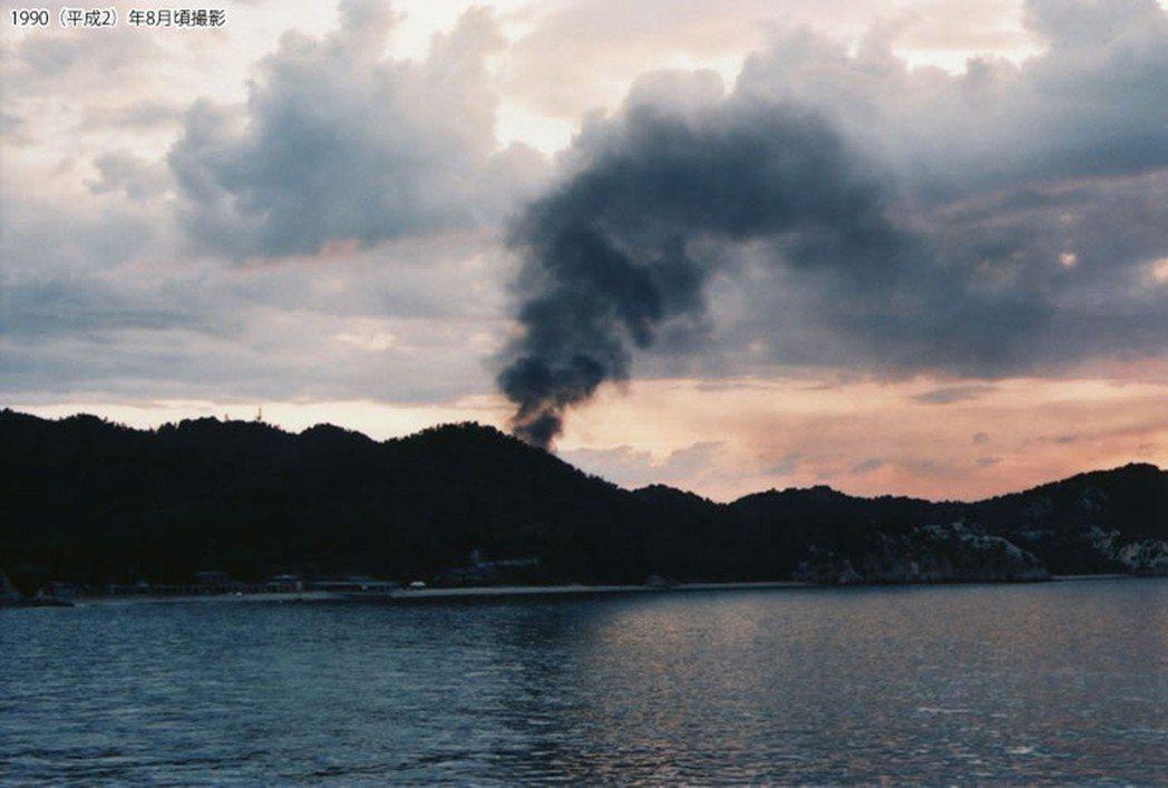 兵庫縣警方因對豐島島上長期出現的濃濃黑煙感到懷疑,進而展開調查。圖為1990年8...
