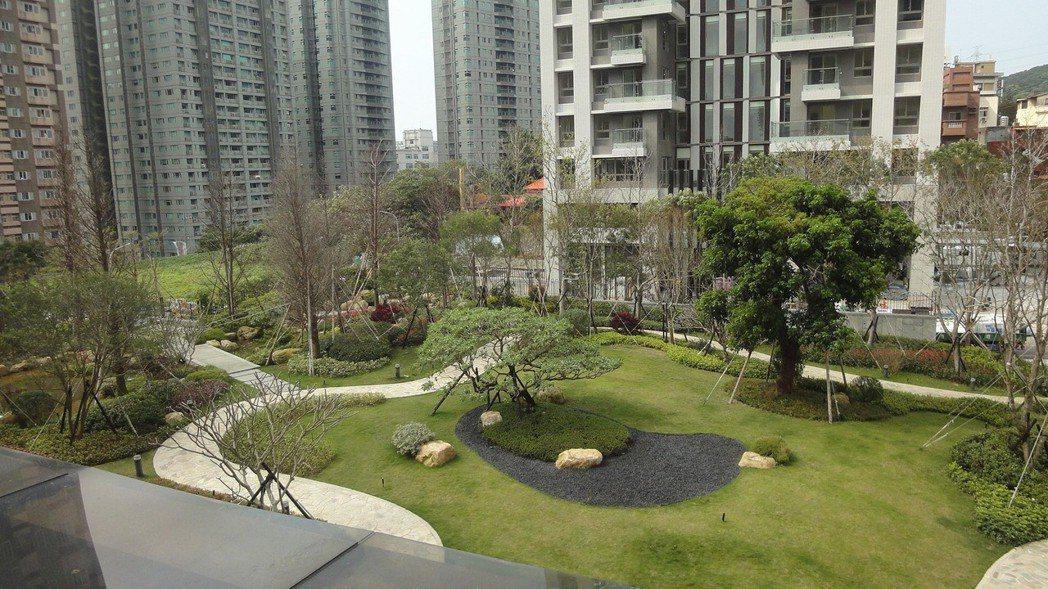 「馥人灣」擁有高綠覆中庭花園。 圖/新濠建設提供