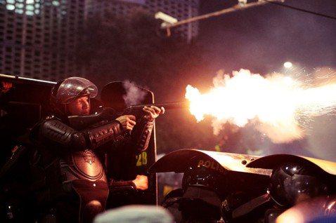 直到23日清晨,兩夜暴亂共造成6人死亡、257人遭到逮捕。 圖/美聯社