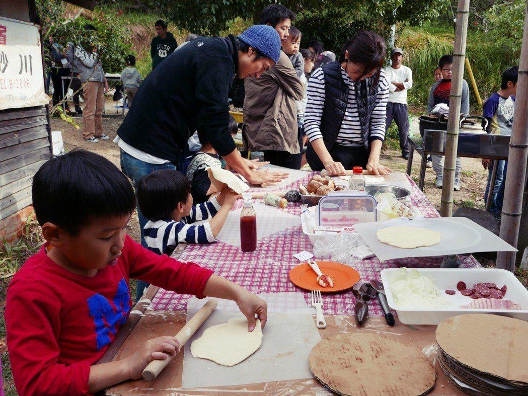 豊島研習會:在經驗分享與寓教育於娛樂的互動活動後,由工作人員與島民利用當季食材製...
