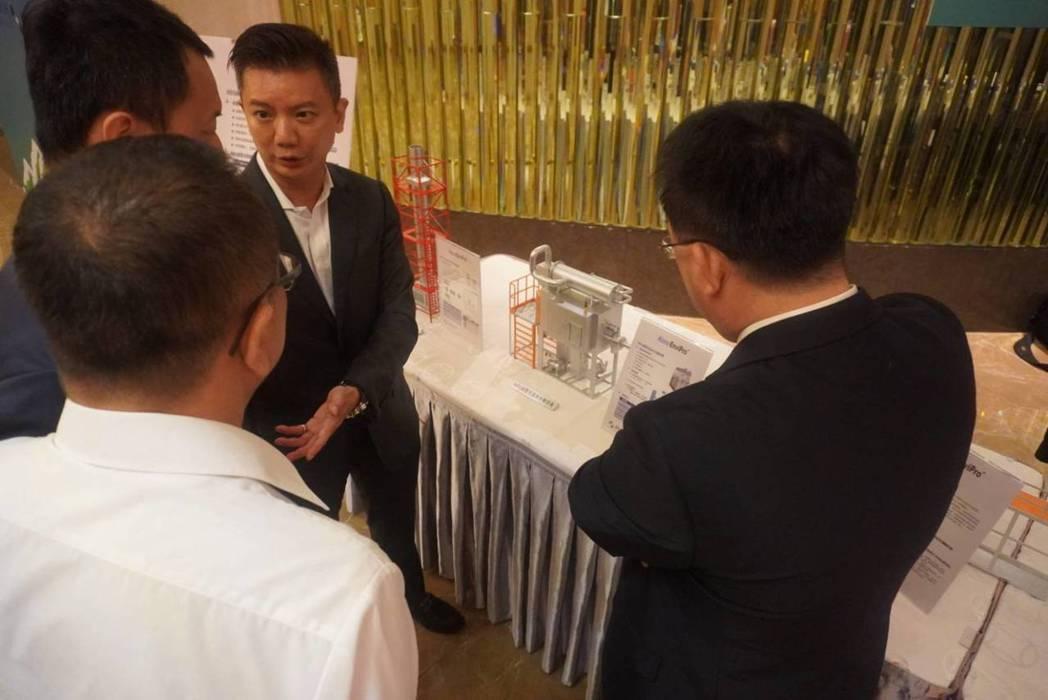 納諾科技設備現場詢問度高,財務長黃沁超(左三)向廠商說明。 林凱祥/攝影