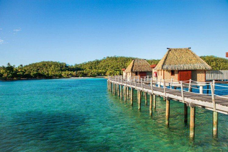 茅草屋頂造型的水上屋是 Likuliku 最大的特色。圖/ Likuliku,女...
