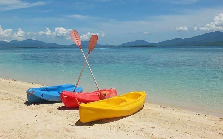 來到巴拉望島,一定要體驗划著菲式獨木舟在湛藍海洋上漫遊的快感。圖/ Dos Pa...
