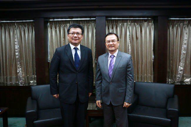 理財周刊發行人洪寶山(左)、經濟部政務次長曾文生(右)